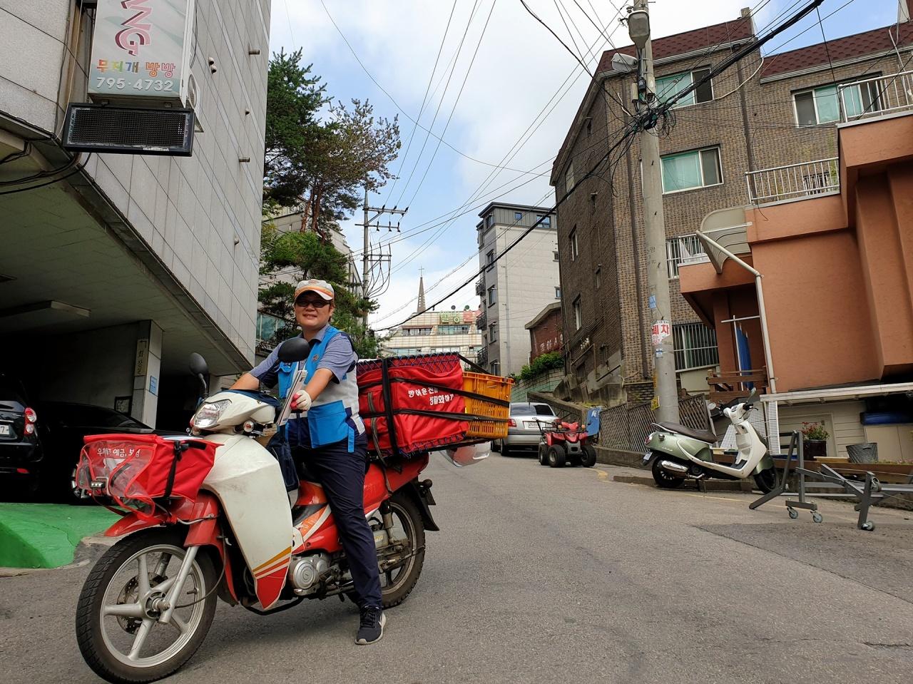 Postal worker Kim Eun-ok of the Hanam Post Office. Kim Bo-gyung/The Korea Herald