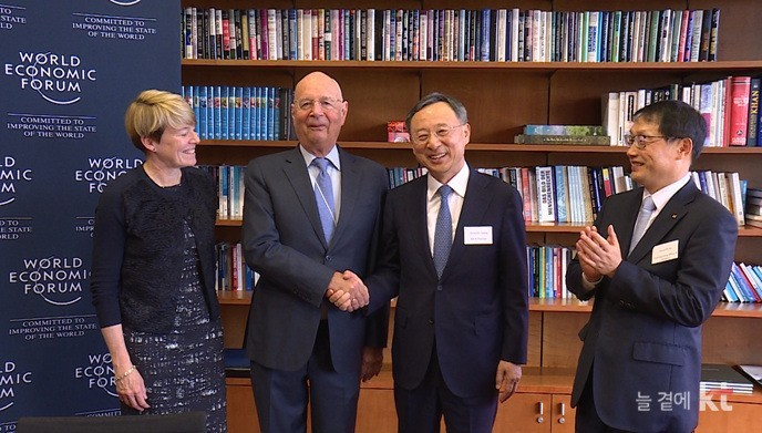 KT Chairman Hwang Chang-gyu (second from right) shakes hands with World Economic Forum's founder Klaus Schwab during 2018 WEF meeting held in Davos, Switzerland. KT