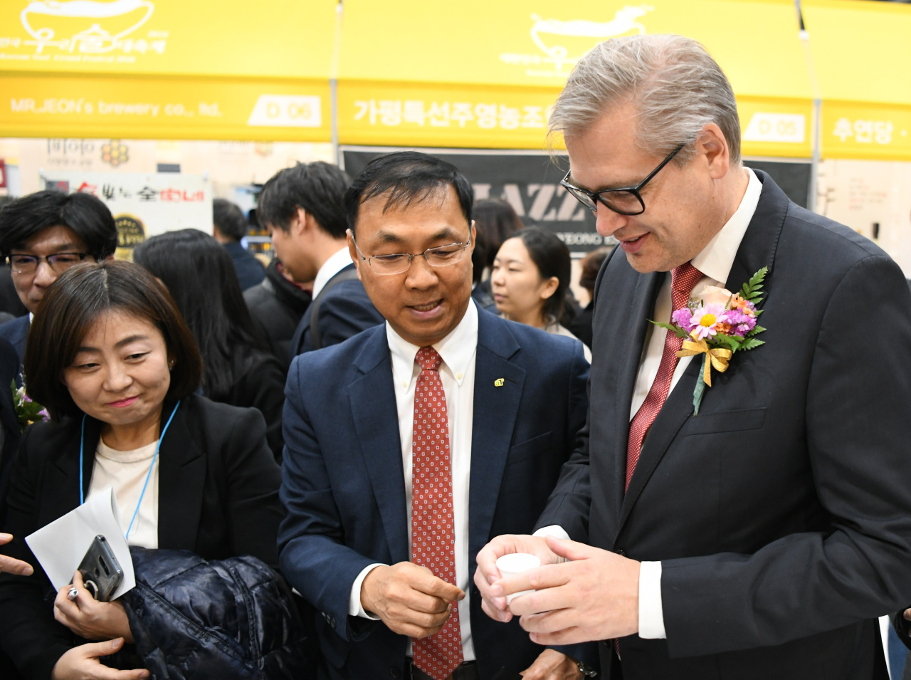 Shin Hyun-gon (center), executive vice president of food industry & export promotion at aT (aT)
