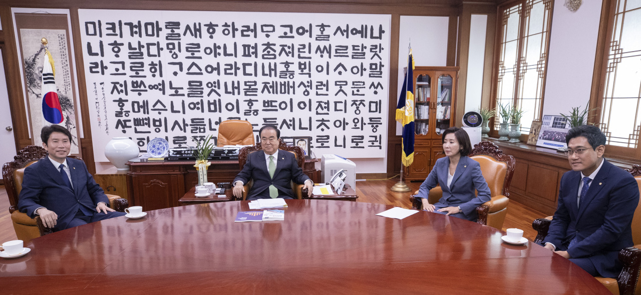 From left: Lee In-young of the ruling Democratic Party, National Assembly Speaker Moon Hee-sang, Na Kyung-won of the main opposition Liberty Korea Party and Oh Shin-hwan of the minor opposition Bareunmirae Party meet Monday. (Yonhap)