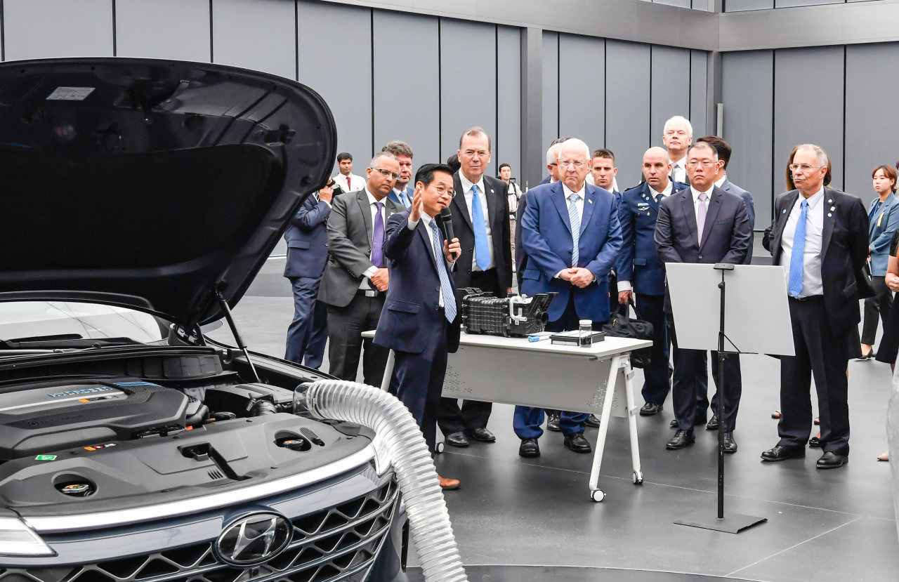 Israeli President Reuven Rivlin and Hyundai Motor Group Executive Vice Chairman Chung Euisun attend a technology presentation on the carmaker's fuel cell electric vehicle Nexo at its R&D Center in Namyang, Gyeonggi Province, on Monday. (Hyundai Motor)