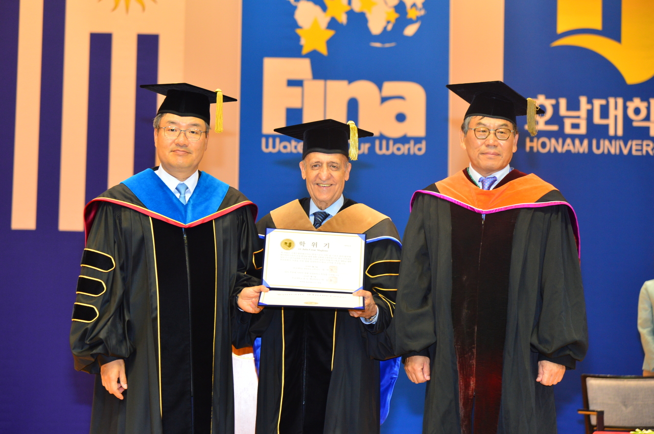 FINA President Julio C. Maglione (center) poses with Honam University President Park Sang-cheol (left) and head of Honam University's Department of Business Administration Chang Seog-ju at the university's gymnasium in Gwangju, where Maglione received an honorary doctorate Monday. (Photo by Kim Min-jae)