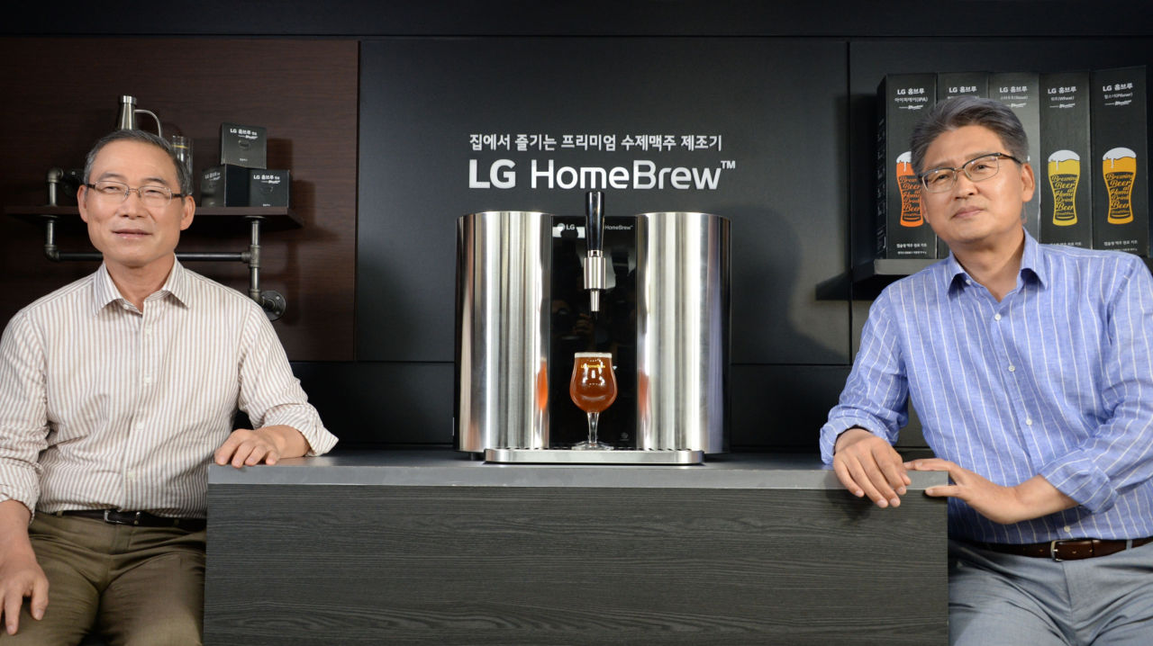LG Electronics H&A President Song Dae-hyun (left) poses next to an LG HomeBrew machine during a press conference at the British Embassy in Seoul on Tuesday. (LG Electronics)