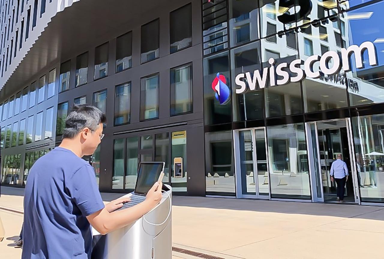 SKT official tries 5G international roaming service at Swisscom building in Switzerland.SKT