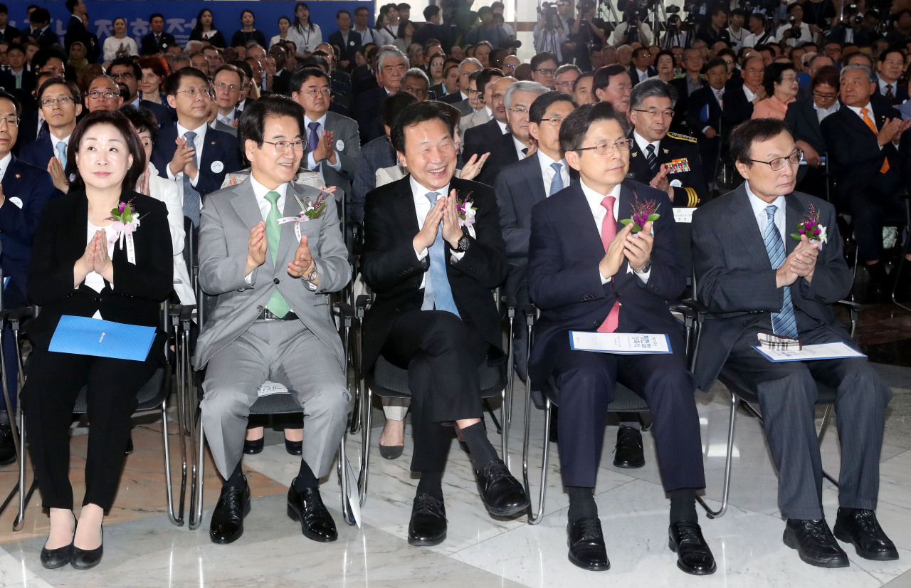 From left: Justice Party leader Rep. Sim Sang-jeung, Party for Democracy and Peace leader Rep. Chung Dong-young, Bareunmirae Party leader Sohn Hak-kyu, Liberty Korea Party leader Hwang Kyo-ahn and Democratic Party leader Rep. Lee Hae-chan attend a ceremony to mark the 71st Constitution Day at the National Assembly on Wednesday. (Yonhap)