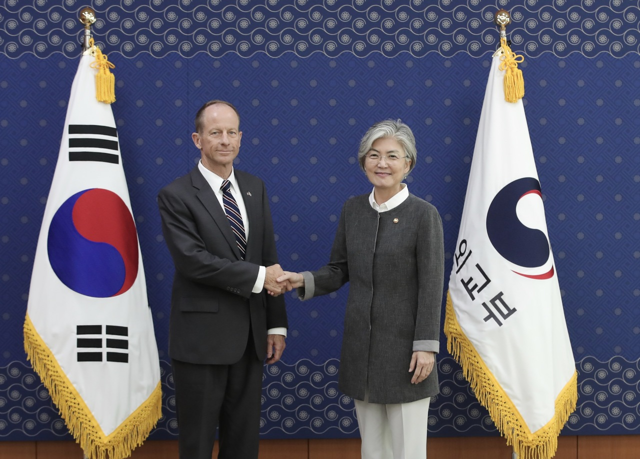 Foreign Minister Kang Kyung-wha (right) shakes hands with David Stilwell, assistant secretary of state for East Asian and Pacific affairs, at the Foreign Ministry in Seoul on Tuesday. (Yonhap)