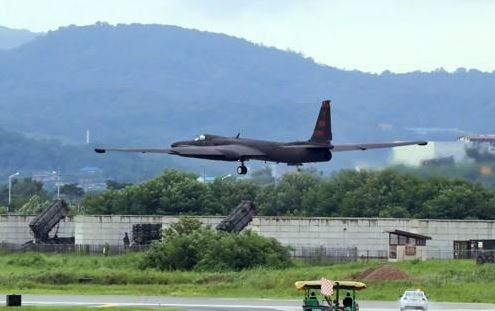 A U2 ultra high altitude reconnaissance aircraft takes off at the US' Camp Humphreys base in Pyeongtaek, southwest of Seoul, on Aug. 21, 2017 (Yonhap)