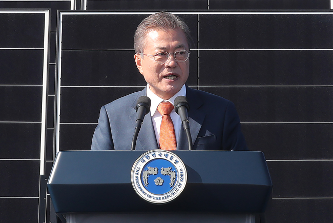 President Moon Jae-in announces the country's vision for renewable energy in Saemangeum in 2018. (Yonhap)