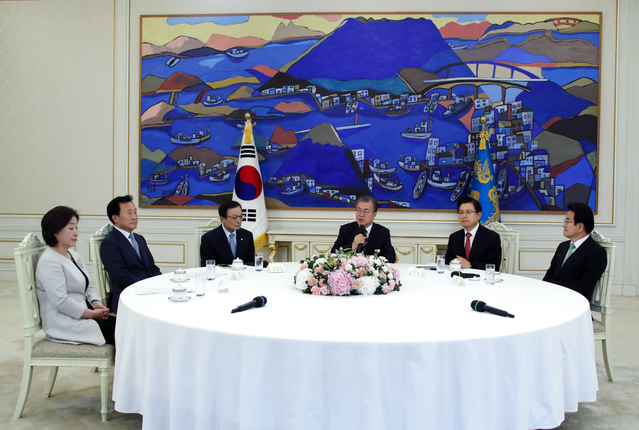 President Moon Jae-in speaks at the meeting with leaders of political parties – Rep. Sim Sang-jeung of the Justice Party (left), Bareunmirae Party's Sohn Hak-kyu (second from left), Rep. Lee Hae-chan of the ruling Democratic Party (third from left), Liberty Korea Party's Hwang Kyo-ahn (second from right) and Rep. Chung Dong-young of Party for Democracy and Peace (right). Yonhap
