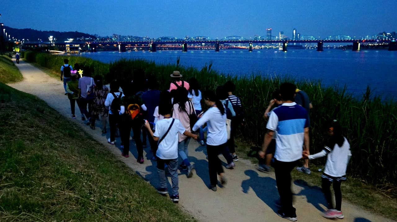 Take a stroll by the Han River to cool down and enjoy the beautiful nighttime view of Seoul. The city government is organizing a weekly walking excursion program of the riverside every Wednesday evening through the end of August. (Seoul Metropolitan Government)