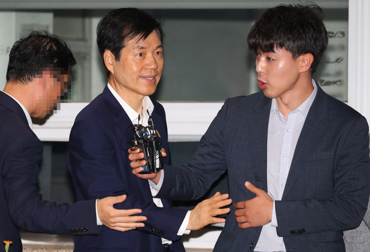 Samsung BioLogics CEO Kim Tae-han (center) is released from Seoul Detention House in Uiwang on Saturday after the Seoul court rejected an arrest warrant for him in connection with his alleged violation of accounting rules. (Yonhap)
