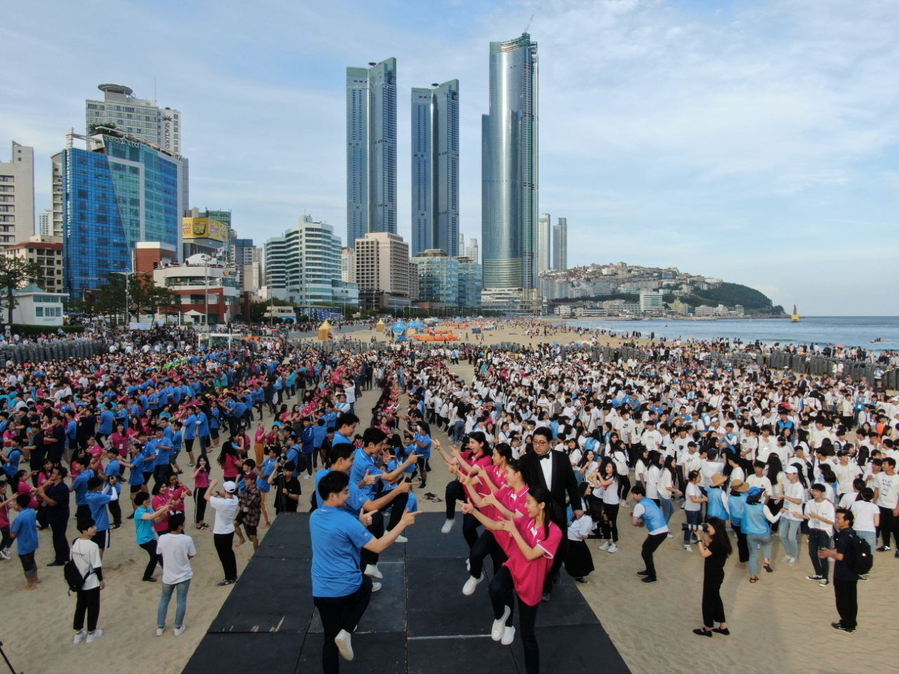 Students dance at the 2019 IYF World Culture Camp's opening ceremony held in Busan, July 7. (International Youth Fellowship)