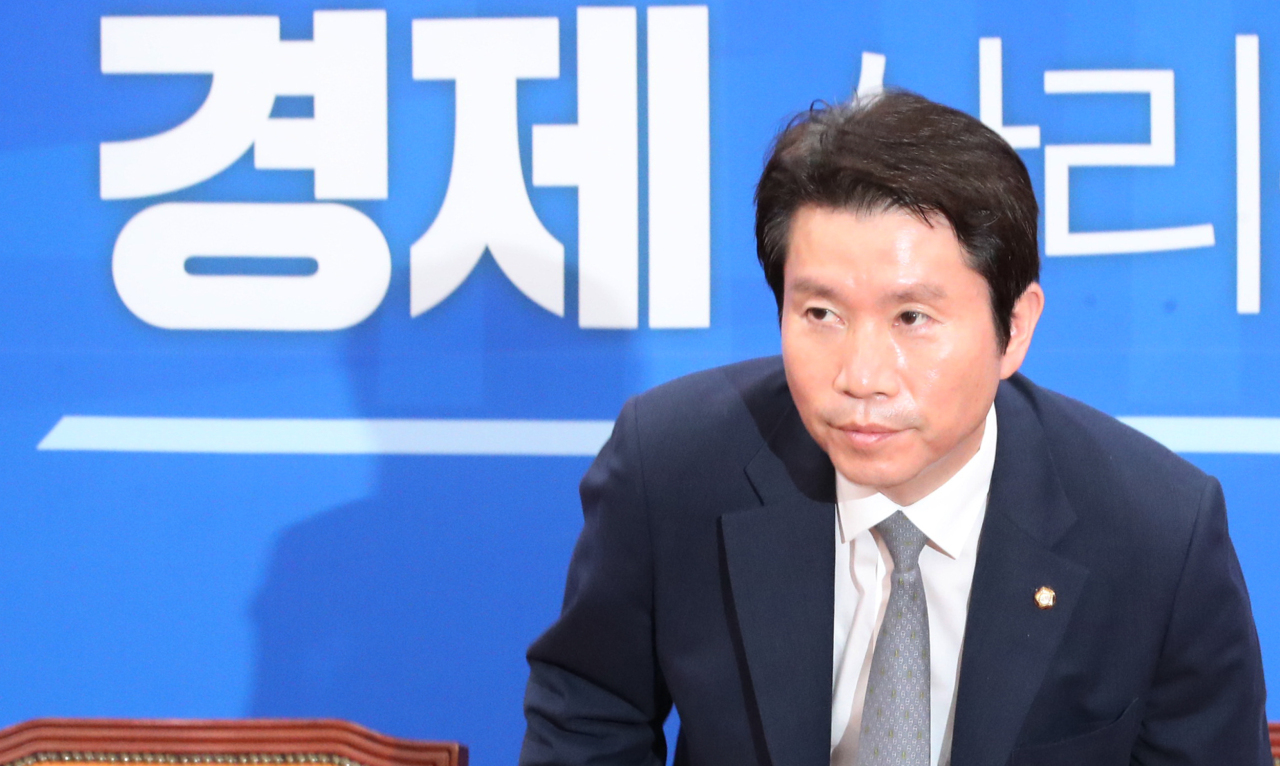 Democratic Party Floor Leader Lee In-young arrives for a press conference at the National Assembly on Sunday. (Yonhap)