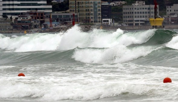 Waves crash against the shore of Haeundae in Busan on Friday afternoon. (Yonhap)