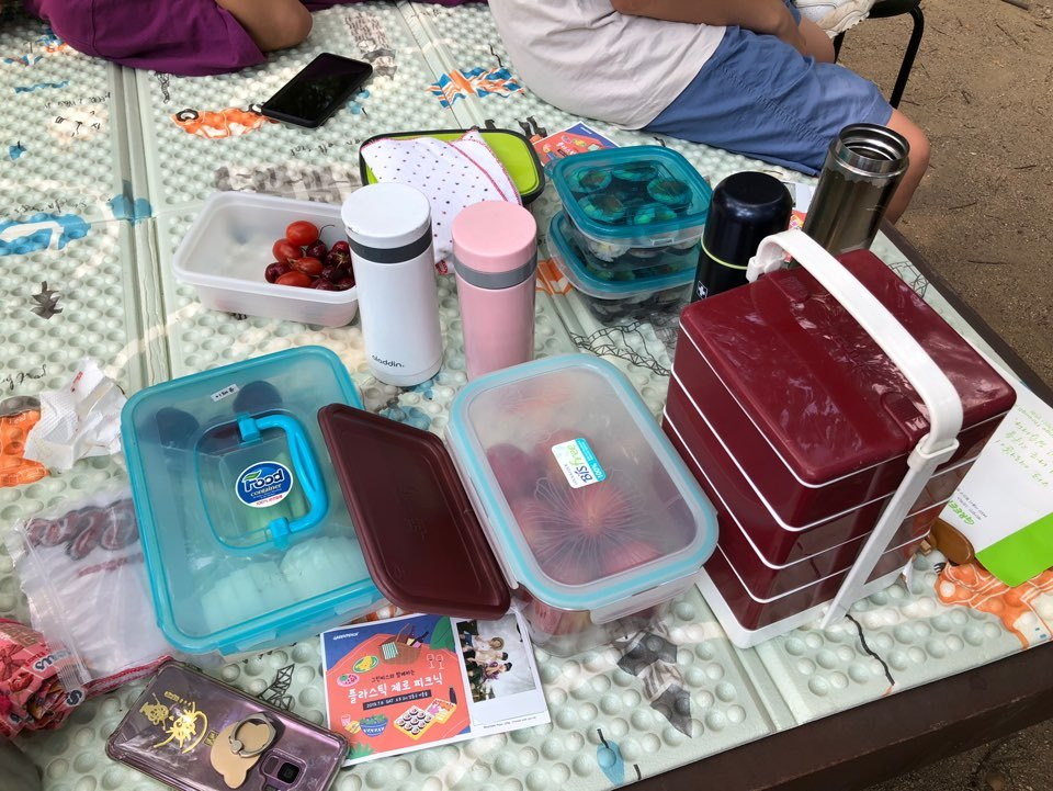 Lunch boxes prepared by Koreans participating in a plastic zero picnic organized by Greenpeace Korea. (Ock Hyun-ju/The Korea Herald)