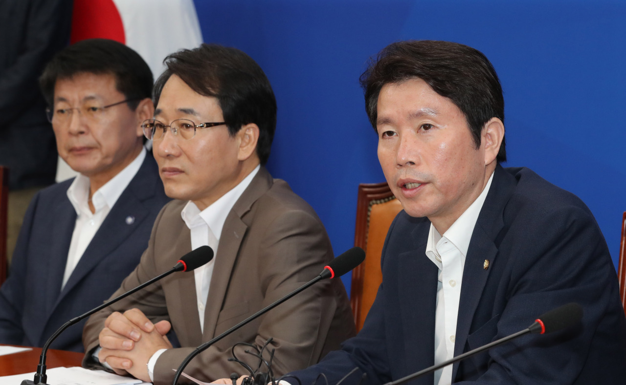Democratic Party of Korea Floor Leader Lee In-young speaks at a party meeting on Tuesday morning. (Yonhap)