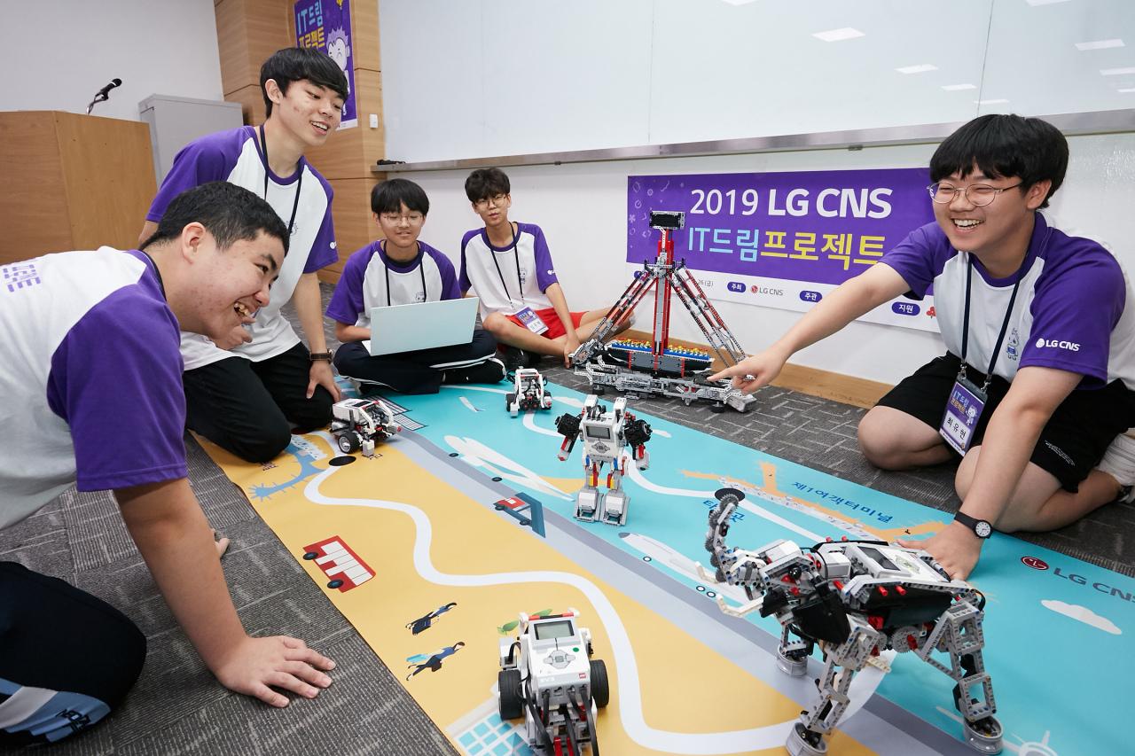 """Participants of LG CNS' 2019 """"IT Dream Project"""" assemble autonomous lego vehicles. (LG CNS)"""