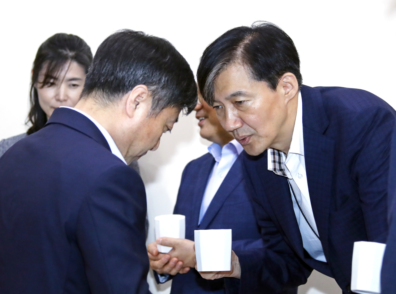 Cho Kuk, senior secretary to the president for civil affairs and justice (right), speaks with Senior Secretary to the President for Public Communication Yoon Do-han at Monday`s senior aides meeting. Yonhap