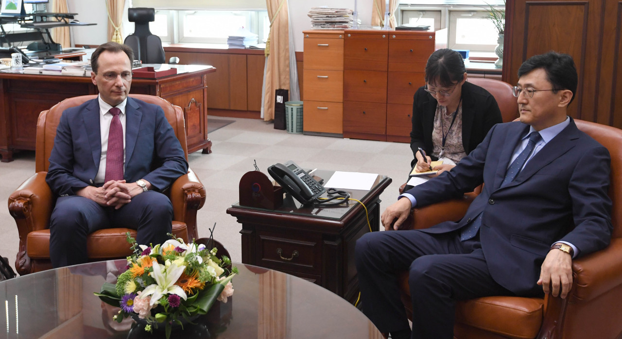 Deputy Minister for Political Affairs Yoon Soon-gu (rigth) conveys Seoul`s complaint to Maxim Volkov, the deputy chief of the Russian Embassy in Seoul, at the Ministry of Foreign Affairs. Yonhap