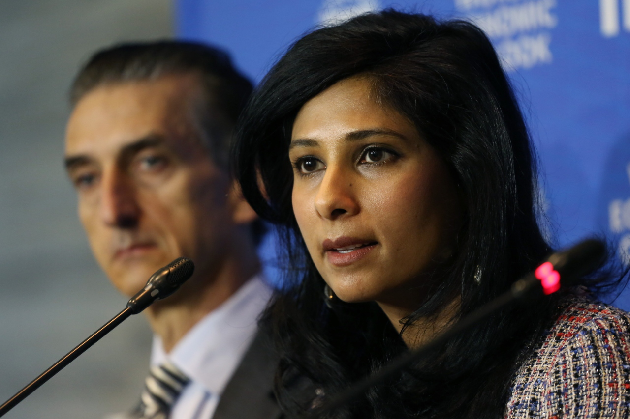 The chief economist of the International Monetary Fund, Gita Gopinath (right), speaks during a press conference in which she announces the report `Updating the Perspectives of the World Economy`, in Santiago, Chile. (EPA-Yonhap)