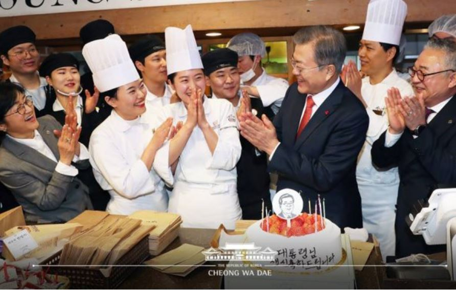 President Moon Jae-in (third from right) celebrates his 66th birthday with employees of a bakery in Daejeon on Jan. 24. (Cheong Wa Dae)