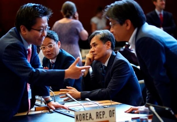 Korean representatives, including Kim Seung-ho (second from right), deputy minister for multilateral and legal affairs, exchange opinions at the WTO General Council on Wednesday in Geneva. (Yonhap)