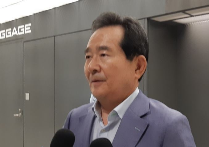 Rep. Chung Sye-kyun of the ruling Democratic Party speaks to reporters upon arriving at Dulles International Airport, near Washington, on July 24, 2019. (Yonhap)