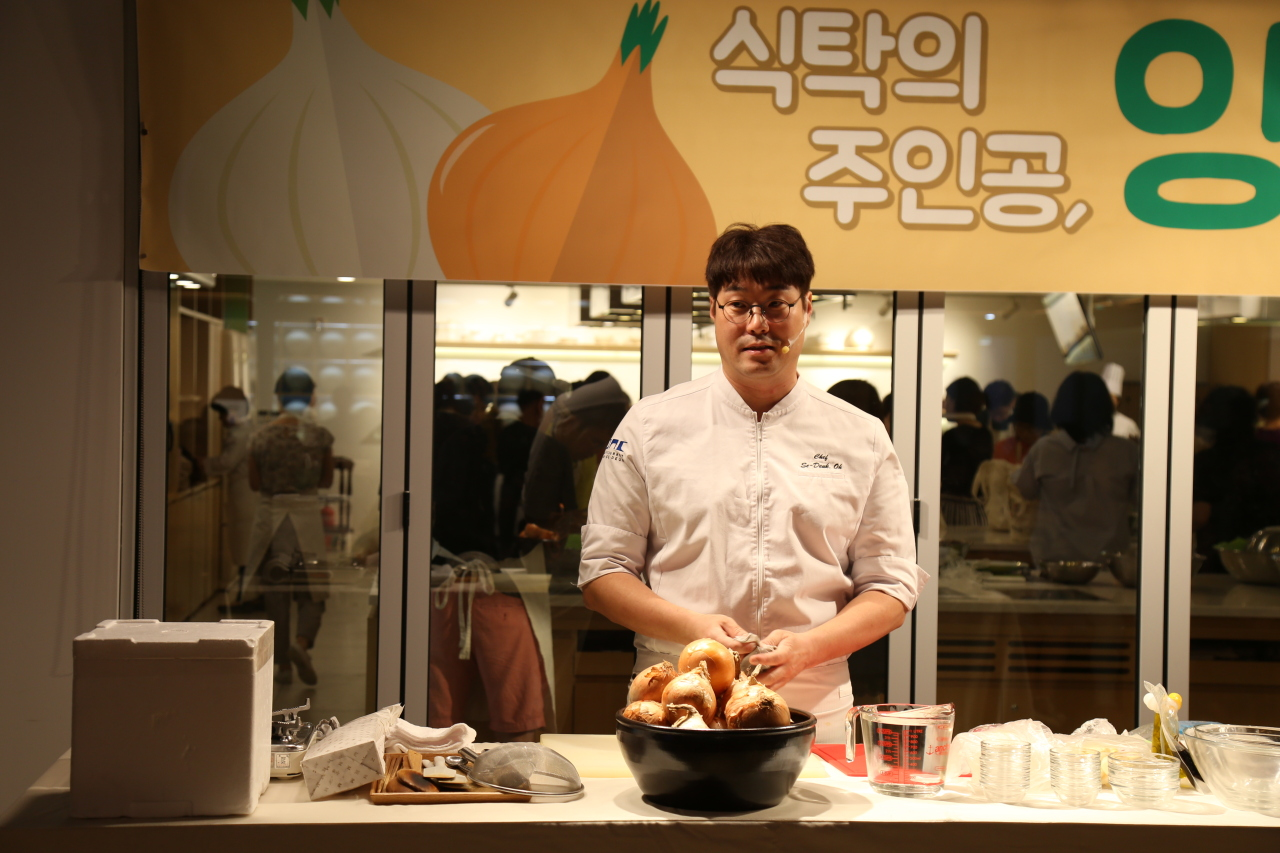 Chef Oh Se-deuk showcases onion-inspired dishes at the Korean Cuisine Cultural Center in central Seoul on Tuesday. (Korean Food Promotion Institute)