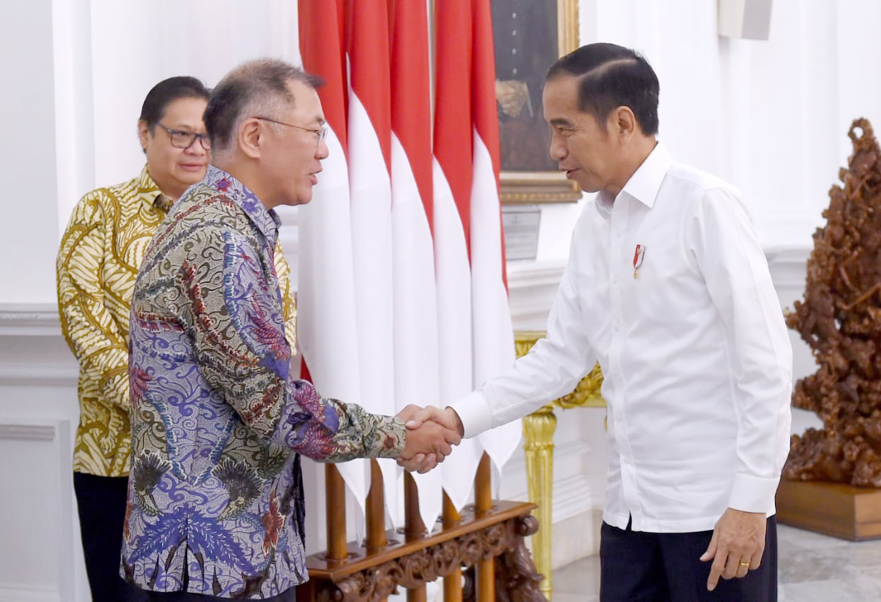 Indonesian President Joko Widodo (right) and Hyundai Motor Group Executive Vice Chairman Chung Euisun shake hands prior to their meeting held at the presidential palace in Jakarta on Thursday. (Hyundai Motor)