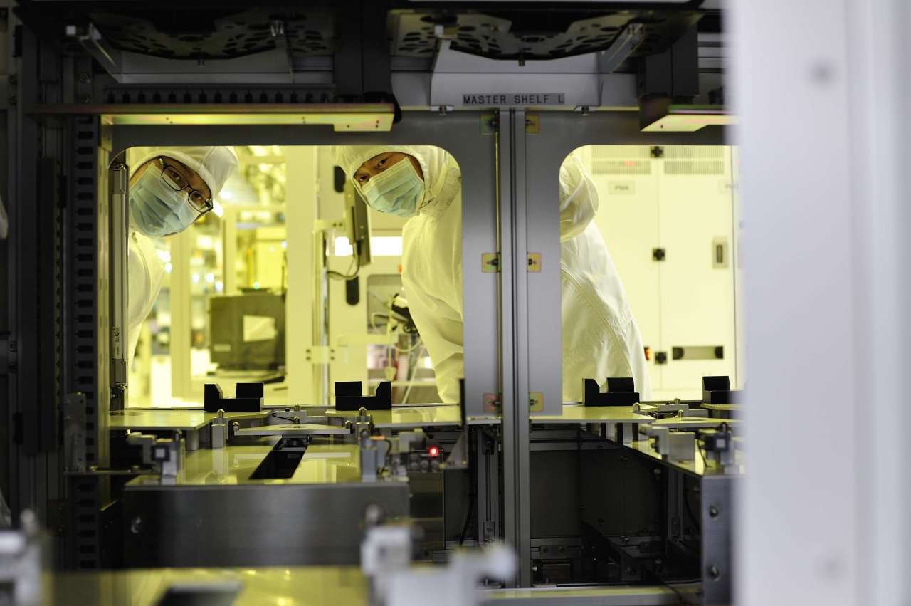 SK hynix engineers in smocks work at its M14 line in Icheon, Gyeonggi Province. (SK hynix)
