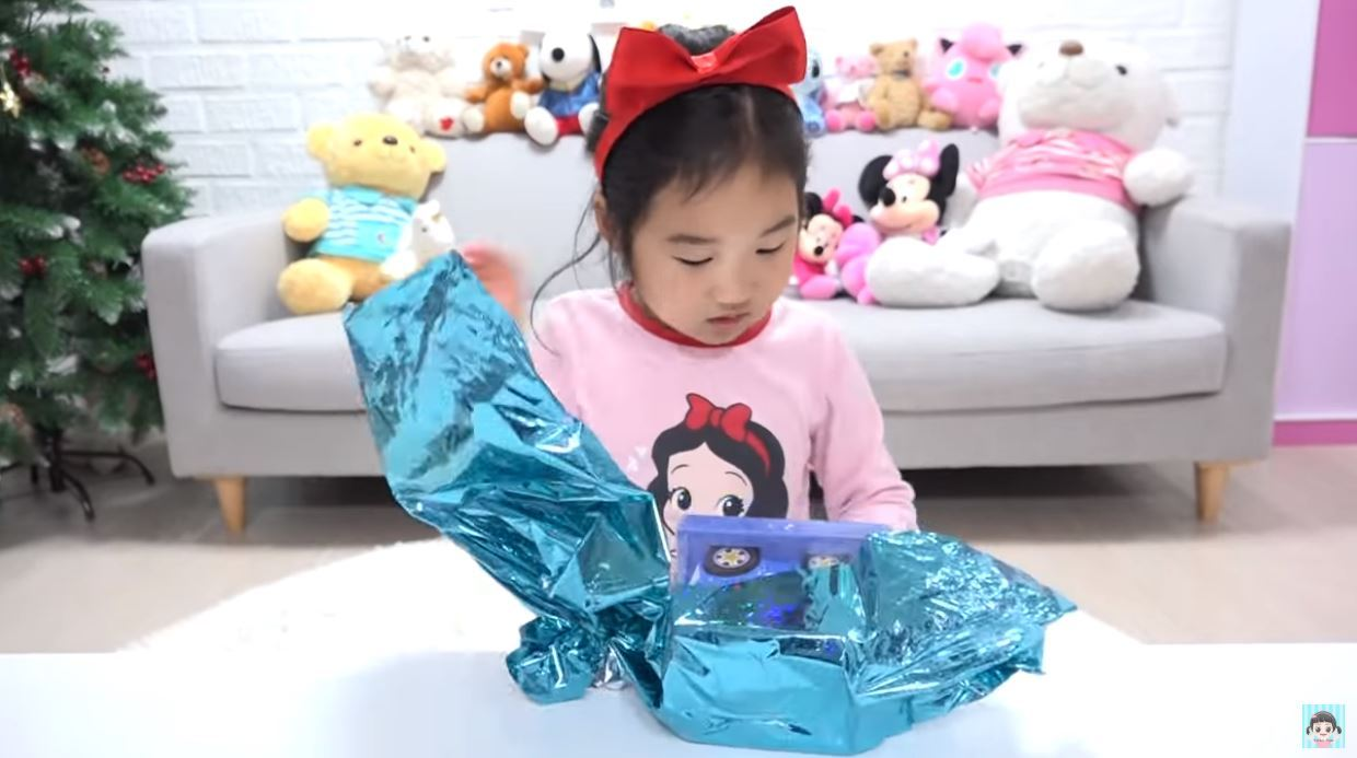 (Screen grab from Boram Tube ToysReview YouTube video)
