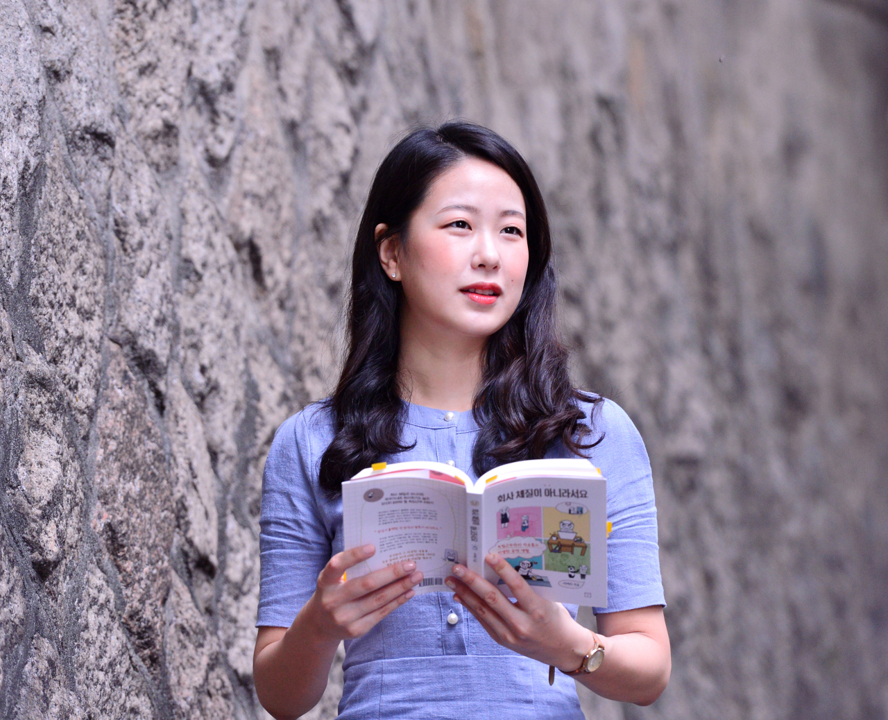 Seo Eu-ra, translator, author and YouTuber, poses in a recent interview with The Korea Herald. (Park Hyun-koo / The Korea Herald)