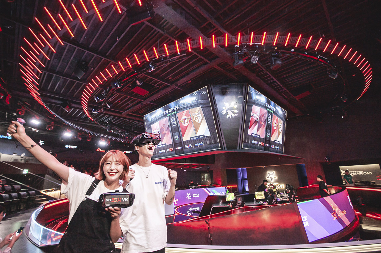 SK Telecom's LCK VR livestream and Jump AR services are demonstrated at the LoL Park in Jongno, Seoul. (SKT)