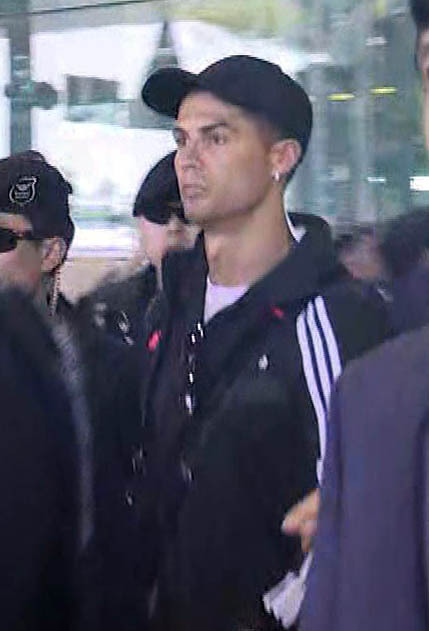 Soccer superstar Cristiano Ronaldo arrives at Incheon Airport on Friday. (Yonhap)
