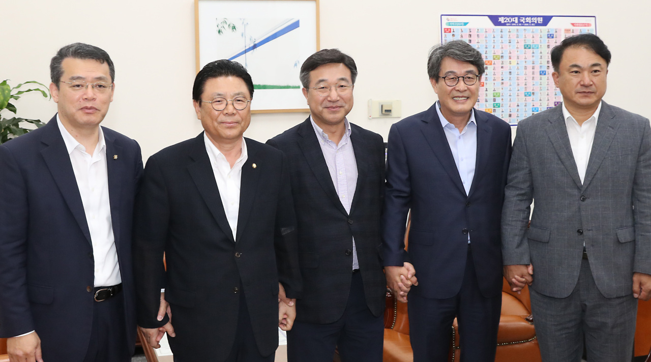 From left: Rep. Lim Hae-hun of the Bareunmirae Party, Rep. Park Maeng-woo of Liberty Korea Party, Rep. Yun Ho-jung of the Democratic Party, Rep. Kim Kwang-soo of the Party for Democracy and Peace, and Kwon Tae-hong of the Justice Party pose after agreeing to form a consultative body to counter Japan's trade regulations, at Yun's office at the National Assembly on Monday morning. (Yonhap)