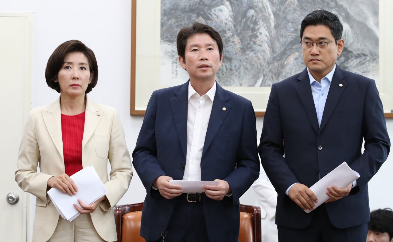 Floor leaders of the three major parties -- Democratic Party, Liberty Korea Party and Bareunmirae Party -- announce their agreement to hold a plenary parliamentary session this week to vote on an extra budget bill at the National Assembly in Seoul on Monday. (Yonhap)
