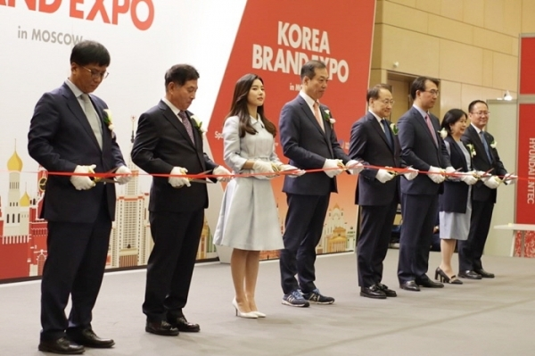 Officials from Korea's public and private sectors cut the tape during an export fair in Moscow in May 2019. The Korea Trade-Investment Promotion Agency backed up the event in an attempt to help private enterprises make inroads into new markets. (Lotte Home Shopping)