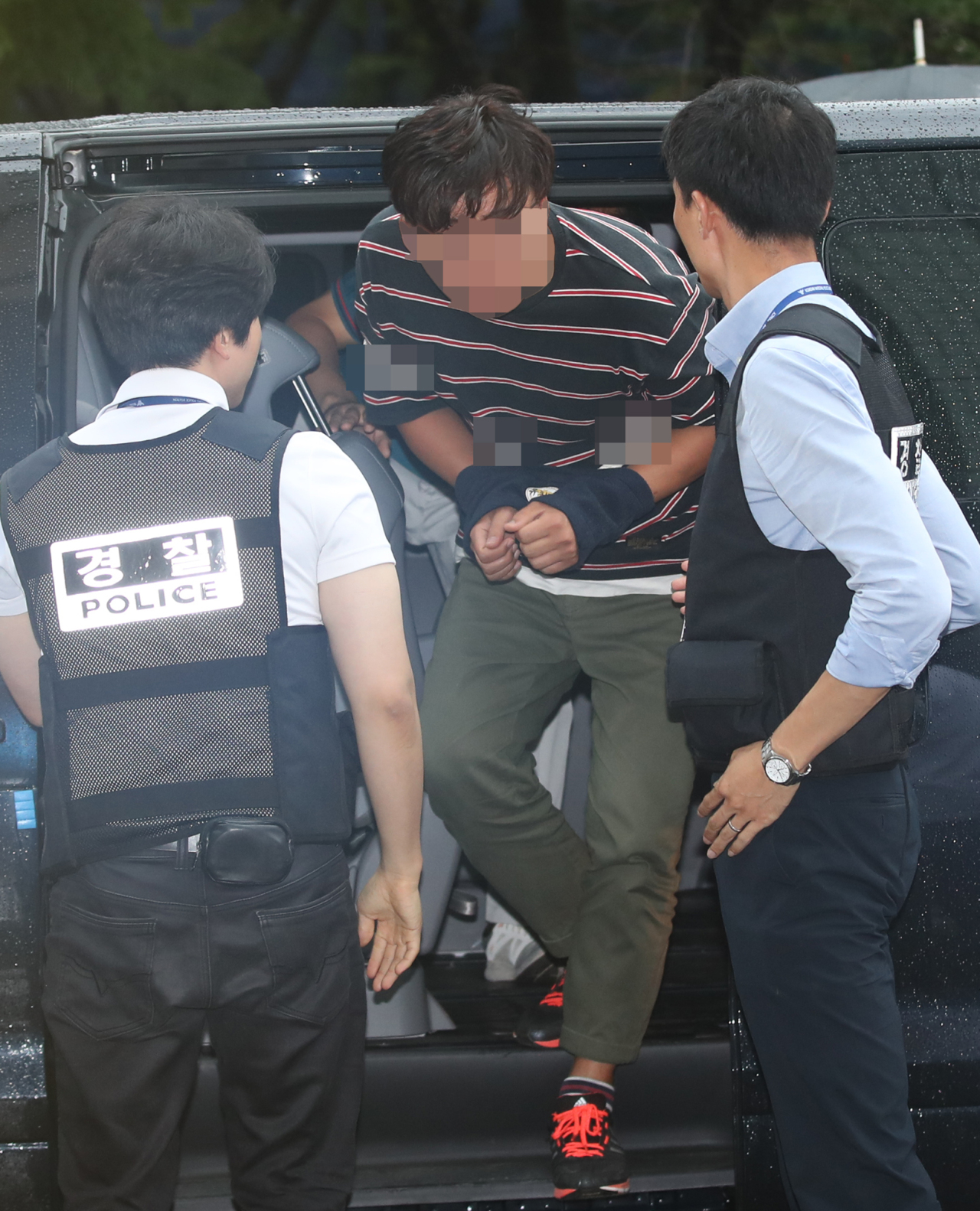 A suspect, accused of sendingadead bird to Rep. Youn So-ha,is taken to a police station in Seoul, on Wednesday. (Yonhap)