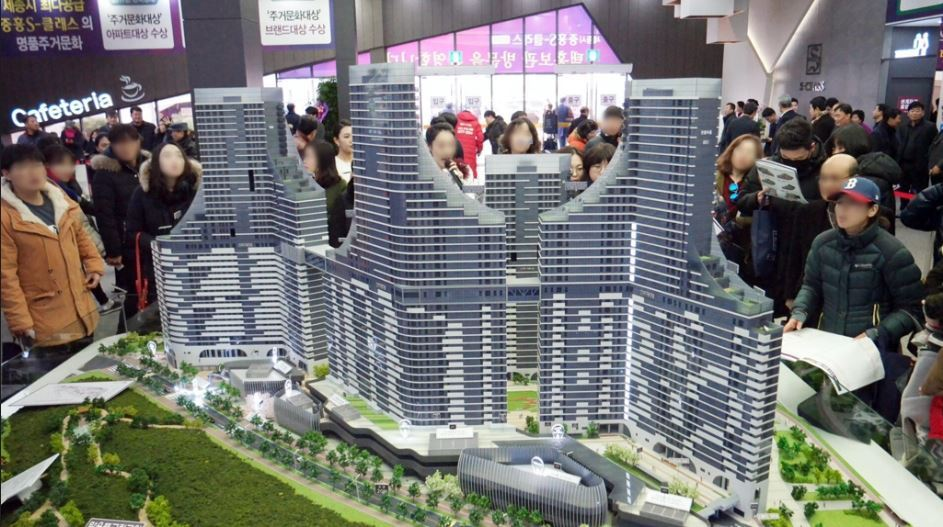 Visitors to a Jungheung Construction model house in Sejong look at a miniature version of the S-Class Centum View, an apartment complex with 576 units to be built near theGovernment Complex in Eojin-dong by October 2021. (Yonhap)