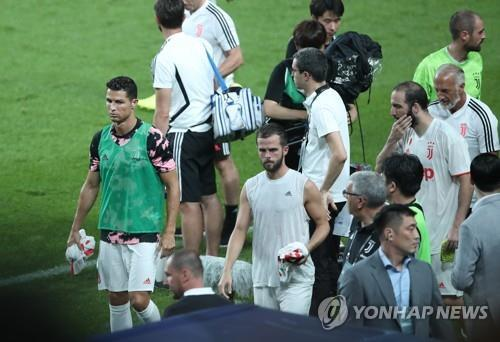 In this file photo taken July 26, Juventus FC forward Cristiano Ronaldo (left) leaves the pitch after an exhibition match between Juventus and the K League All-Star team at Seoul World Cup Stadium in Seoul. (Yonhap)
