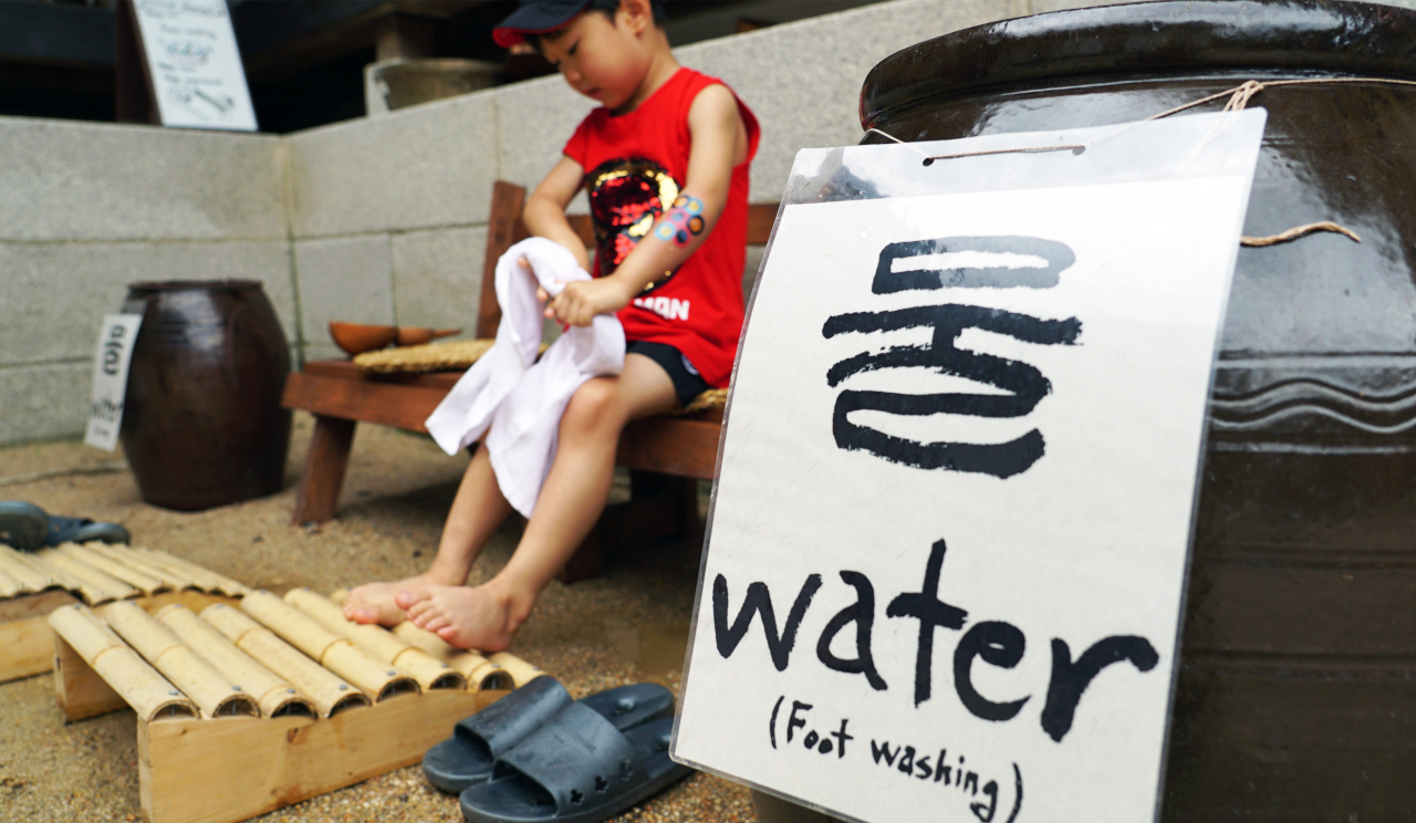 5-year-old Kang Yoon experience takjok (footbath) (Choi Ji-won/The Korea Herald)