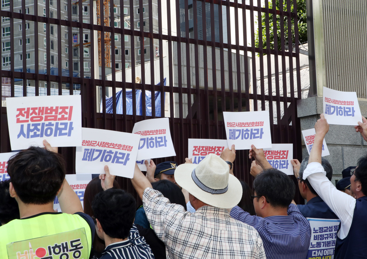 Civic group members stage a protest in front of the Japanese Consulate in Busan on Friday, following Japan's decision to delist South Korea from its whitelist of trusted trade partners. (Yonhap)