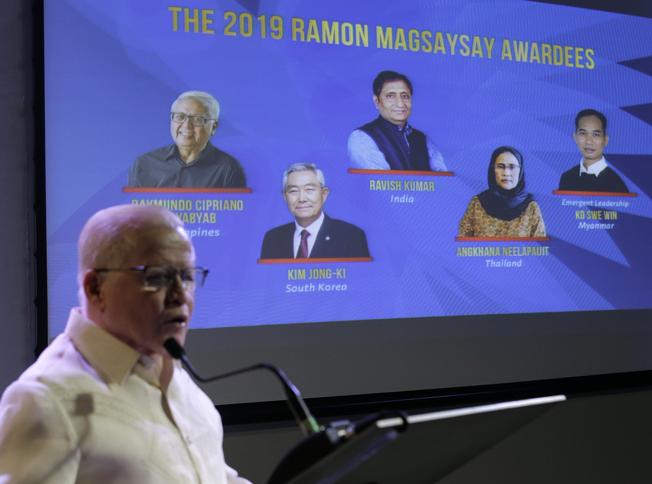 Jose L. Cuisia Jr., chairperson of Ramon Magsaysay Award Foundation, presents the 2019 Ramon Magsaysay awardees, from left, Raymundo Pujante Cayabyab from the Philippines, Kim Jong-ki from South Korea, Ravish Kumar from India, Angkhana Neelapaijit from Thailand and Ko Swe Win from Myanmar, for Emergent Leadership, during an event in Manila, Philippines, on Friday. (AP)
