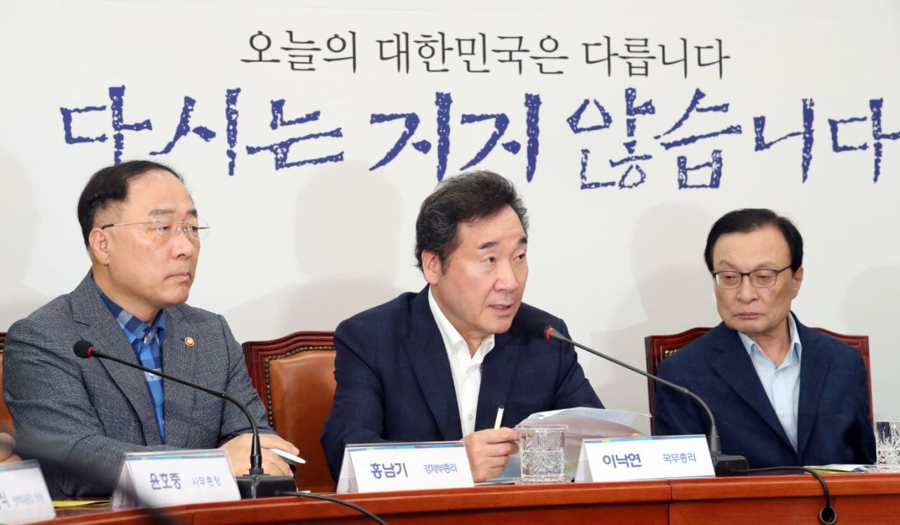 Key policymakers attend a trilateral meeting of the ruling party, government, and presidential office at the National Assembly on Sunday to discuss countermeasures to Japan's latest exclusion of South Korea from its list of preferred trading partners. From left: Deputy Prime Minister and Finance Minister Hong Nam-ki, Prime Minister Lee Nak-yon, and ruling Democratic Party Chairman Lee Hae-chan. (Yonhap)