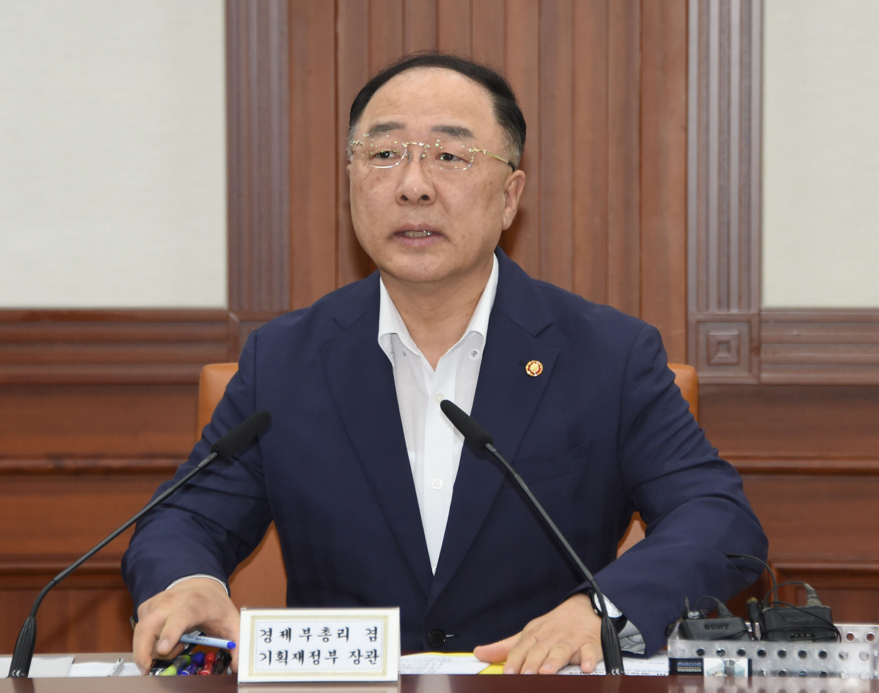 Deputy Prime Minister and Finance Minister Hong Nam-ki on Monday chairs a ministerial meeting for countermeasures against Japan's export curbs. (Ministry of Economy and Finance)