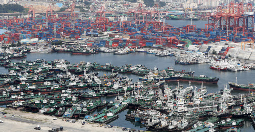 Ships are docked at Pier 5 at Busan Port in preparation for the arrival of Typhoon Francisco, which is expected to land on the Korean Peninsula on Tuesday night. (Yonhap)