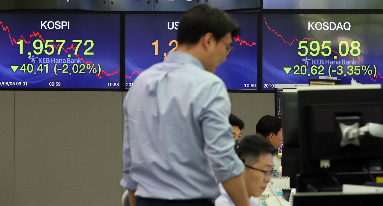 An electronic index board at the dealing room of KEB Hana Bank headquarters in central Seoul shows the Kospi and Kosdaq prices. (Yonhap)