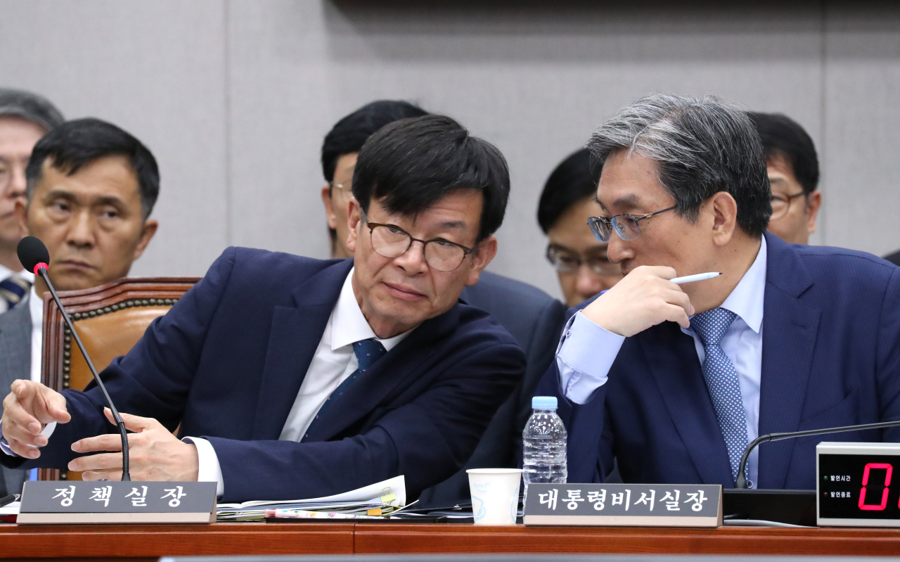 Kim Sang-jo (left), chief of staff to the president for policy, and Chief of Staff to the President Noh Young-min are in conversation during the National Assembly's House Steering Committee plenary meeting Tuesday morning. (Yonhap)