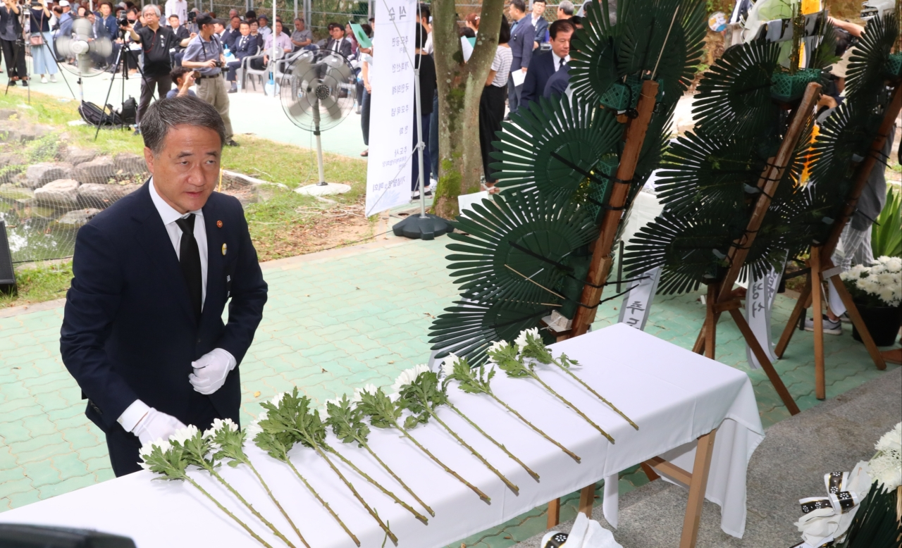 Welfare Minister Park Neung-hoo places flowers at a memorial hall honoring atomic bombing victims. (Ministry of Health and Welfare)