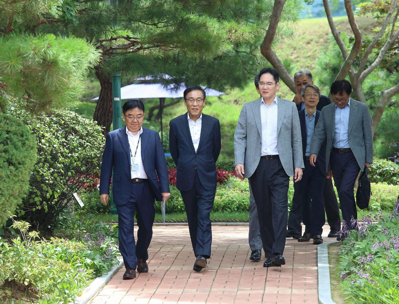 Samsung Electronics Vice Chairman Lee Jae-yong (third from left) visits the company's semiconductor packaging plant located in Onyang, South Chungcheong Province, Tuesday. S(amsung Electronics)